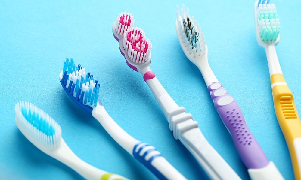Doğru diş fırçasını seçmek için nelere dikkat etmeliyiz?